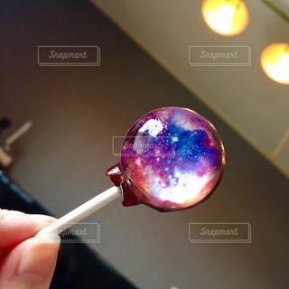 宇宙を閉じ込めたキャンディーの写真・画像素材[1471114]