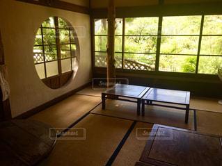 大きな窓のある和室の写真・画像素材[1473699]