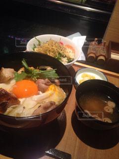 テーブルの上に食べ物のボウルの写真・画像素材[1505297]