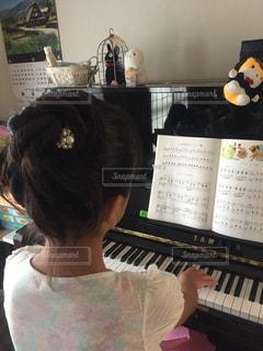 ピアノの前に立っている人の写真・画像素材[1471927]