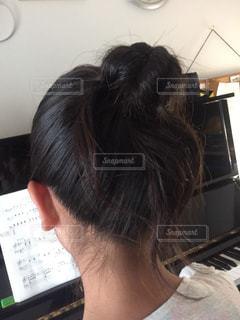 ピアノの前に座る子供の写真・画像素材[1471929]