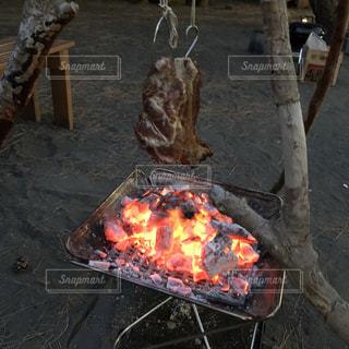 キャンプと肉の写真・画像素材[1477417]