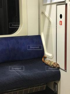 電車の座席に忘れ物の写真・画像素材[1529970]