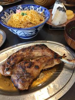 テーブルの上に食べ物のプレートの写真・画像素材[1481729]