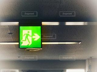病院の非常出口の標識の写真・画像素材[1536008]