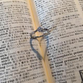 結婚指輪とハートの影の写真・画像素材[1667296]