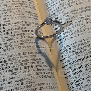 結婚指輪とハートの影の写真・画像素材[1667299]