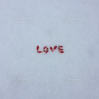 雪の中にLOVEの文字の写真・画像素材[1671639]