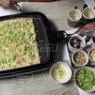 テーブルの上に食べ物のボウル、たこ焼きパーティーの写真・画像素材[1679071]