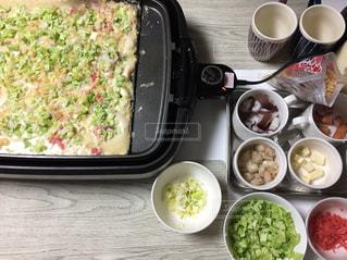 テーブルの上に食べ物のボウル、たこ焼きパーティーの写真・画像素材[1679072]