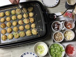 テーブルの上に食べ物のトレイ、たこ焼きパーティーの写真・画像素材[1679077]
