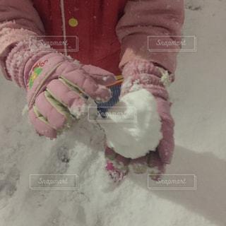 雪玉を持つ子供の手の写真・画像素材[1694343]