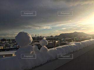 函館の街と雪だるまの親子の写真・画像素材[1697128]