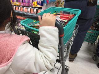 ショッピングカートを押す少女の写真・画像素材[1712172]