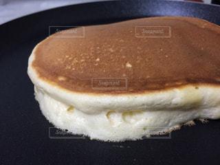 フライパンで焼いているパンケーキの写真・画像素材[1738948]
