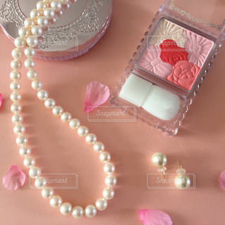 近くにテーブルの上のピンクの化粧品の写真・画像素材[1748233]