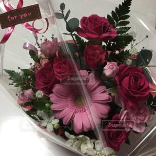 テーブルの上に花瓶の花の花束の写真・画像素材[1774666]