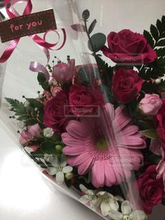 テーブルの上に花瓶の花の花束の写真・画像素材[1774667]