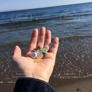 シーグラスを持っている手の写真・画像素材[2093870]