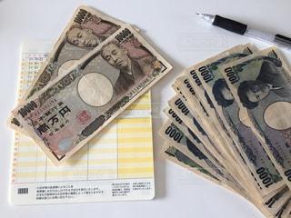 現金と通帳の写真・画像素材[2300185]