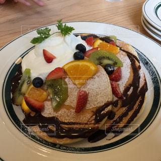 皿の上のパンケーキの写真・画像素材[2317474]
