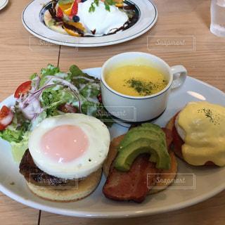 テーブルの上の食べ物の皿の写真・画像素材[2317478]