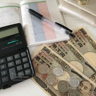お金と電卓と手帳と財布の写真・画像素材[2398789]