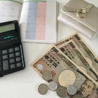 お金と電卓と手帳と財布の写真・画像素材[2398790]