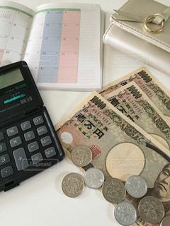 お金と電卓と手帳と財布の写真・画像素材[2398792]