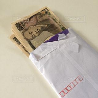 封筒の中の現金の写真・画像素材[2398855]