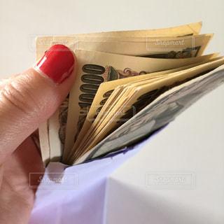 お金を数える手の写真・画像素材[2398856]