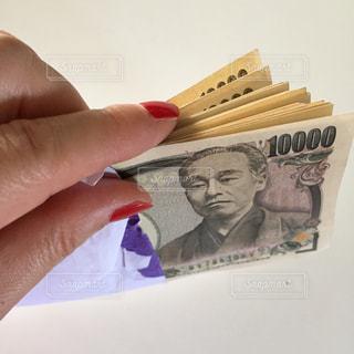 お金を数える手の写真・画像素材[2398858]