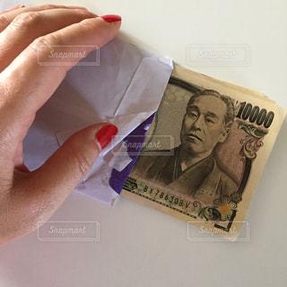 お金と手の写真・画像素材[2398859]