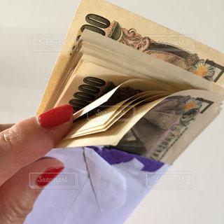 お金を数える手の写真・画像素材[2398860]