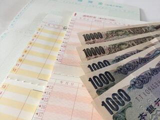 通帳とお金の写真・画像素材[2398905]