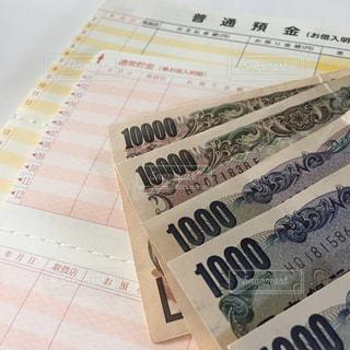 通帳とお金の写真・画像素材[2398909]
