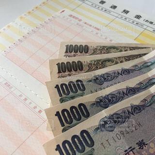 通帳とお金の写真・画像素材[2398911]