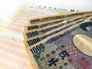 お金と通帳の写真・画像素材[2399274]