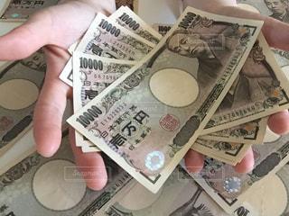 お金を持つ人の写真・画像素材[2403923]