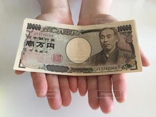お金を持つ手の写真・画像素材[2403931]