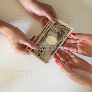 お金を持つ手の写真・画像素材[2403978]