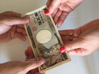 お金の受け渡しの写真・画像素材[2403983]