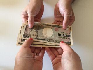 お金を持った手の写真・画像素材[2403984]
