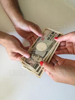 お金を持つ手の写真・画像素材[2403986]