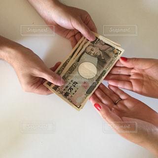 お金を持つ手の写真・画像素材[2403988]