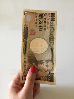 お金を持つ手の写真・画像素材[2404063]