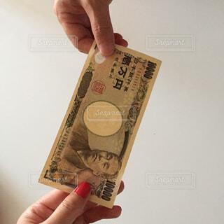 お金を持つ手の写真・画像素材[2404073]