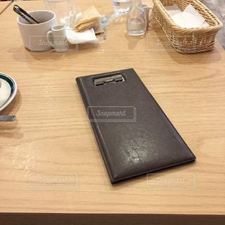 木製のテーブル、伝票ホルダー、食事後の写真・画像素材[2404901]