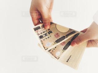 お金を数える手の写真・画像素材[2406027]