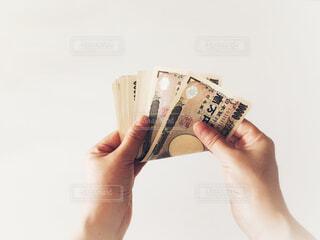 お金を持つ手の写真・画像素材[2406037]